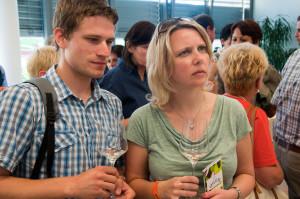 Andreas Niederschick und Christie Funk aus Linz lassen sich den Sauvignon Blanc vom Weingut Stelzl erklären.