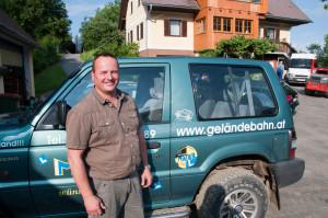 Roman Paschek, eigentlich Fahrlehrer beim Bundesheer, hat vor einem Jahr die Geländebahn eröffnet.