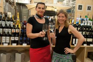 Im Genussregal können die angebotenen Weine auch verkostet werden.