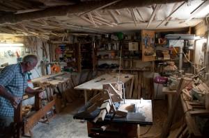 In seiner kleinen Werkstatt entsteht jeder Klapotetz in mühevoller Handarbeit.