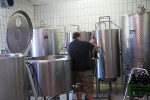 Die Biere der Brauerei Leutschach werden in mühevoller Handarbeit erzeugt und abgefüllt.
