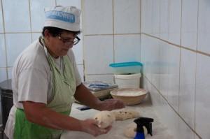 In der Backstube arbeiten Rupert und Waltraud Atschko das Brot für die Bauernmärkte der Region.