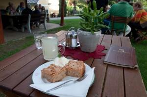 Zur Nachspeise gibt es Sturm und Apfel-Zimt-Kuchen.