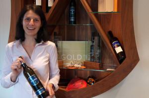 Michaela Holzer ist für die Buschenschank zuständig. Die ausgezeichneten Weine entstehen im Keller ihres Lebensgefährten Hannes Dreisiebner.