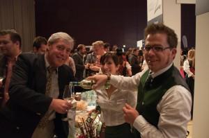 Christian Weiss, vom Weingut Weiss-Welle schenkt seinen Junker aus.