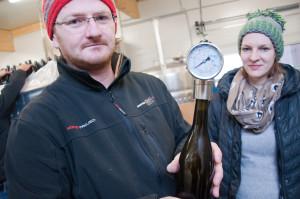 Wenn Hugo Kapun und seine Lebensgefährtin Irmgard Frizzante abfüllen, kontrollieren sie regelmäßig den Flaschendruck.