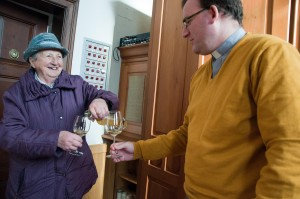 Christine Bauer, seit 32 Jahren Mesnerin in Leutschach, und Pfarrer Werner Marterer genehmigen sich ein Glas Messwein.