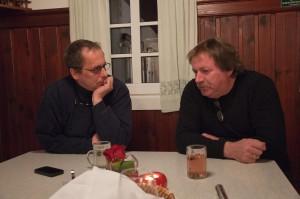 Stammgast Jakob aus Wien (links) lauscht den Erzählungen von Hans Stelzl.