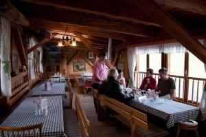 Der Gastraum ist eher steirisch rustikal eingerichtet.