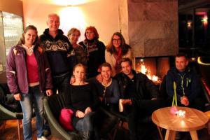 Familie Schott mit ihrem Team, und die Künstlerinnen (hinten, v.r.n.l.: Frau Blancke, Frau Pühringer-Klaritsch und Frau Ebenwaldner (Foto: Ulrike Elsneg)