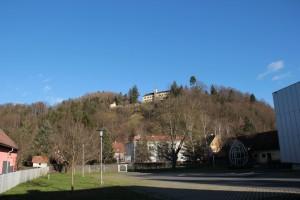 Blick vom Ortszentrum auf das Schloss Arnfels (Foto: Ulrike Elsneg)