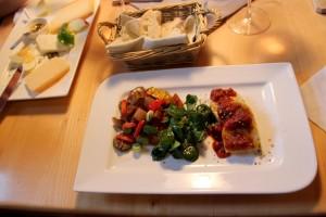 Die Hauptspeise des Vegan Menüs vom Buschenschank Firmenich - Steinberghof: Polentaterrine mit eingelegtem Gemüse (Foto: Ulrike Elsneg)