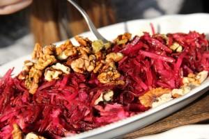 Der sehr schmackhafte Salat mit Äpfeln, Roten Rüben und Walnüssen  beim Polz Buschenschank (Foto: Ulrike Elsneg)