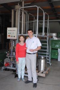 Erika Swoboda und DI Mandl von Joanneum research bei der ersten Destillation von Steirischem Rosenöl 2012
